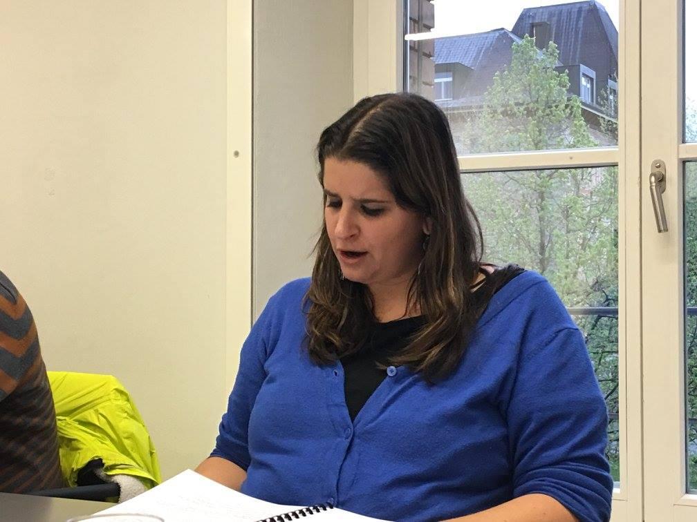 Dominique Riesen in ihrer Funktion als Regieassistentin; gestern las sie die Rolle der abwesenden Beatrice Stahlberger alias Frau Leu, Hoteldirektorin
